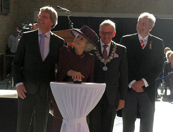 alkmaar1-koningin-onthult-gewelfschildering